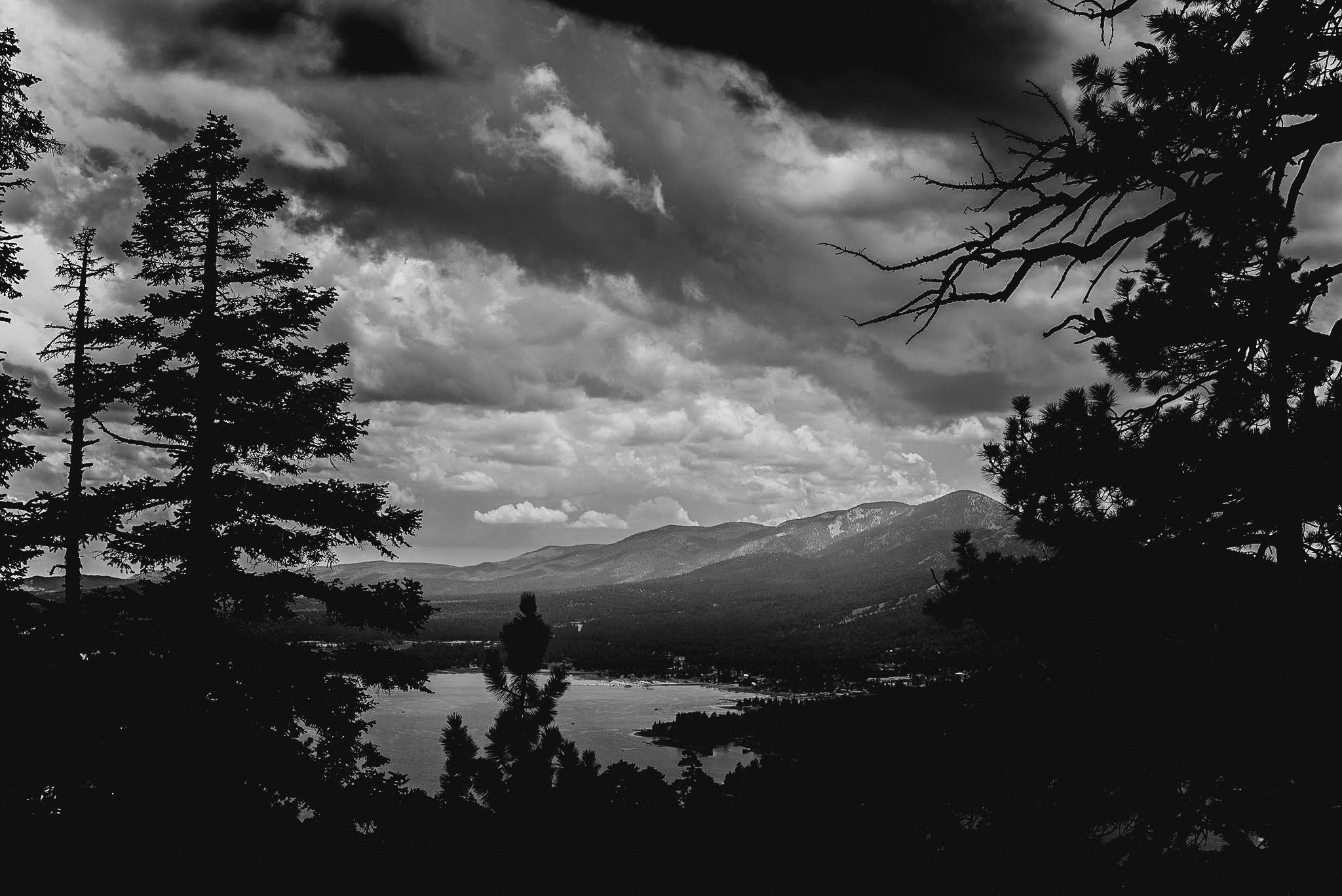Kostenloses Stock Foto zu bäume, berge, bewölkt, einfarbig