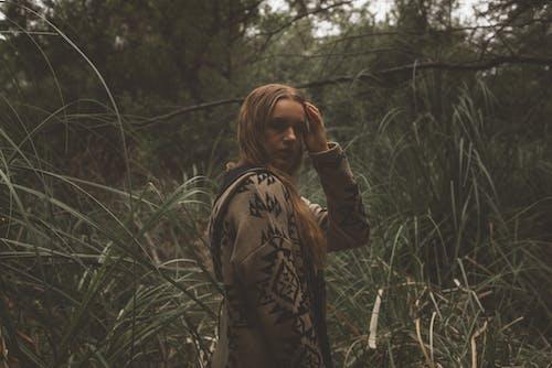 Gratis lagerfoto af blond hår, dagslys, græs, kvinde