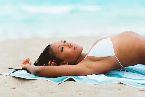 Foto d'estoc gratuïta de a l'aire lliure, aigua, bikini, dona