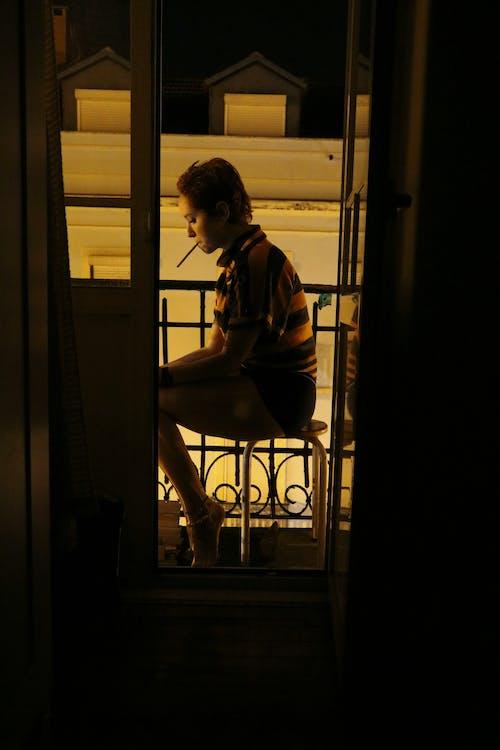 Fotobanka sbezplatnými fotkami na tému balkón, cigareta, dievča, domov