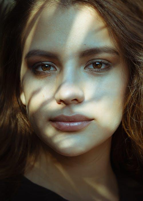 Gratis arkivbilde med ansikt, brune øyne, kvinne