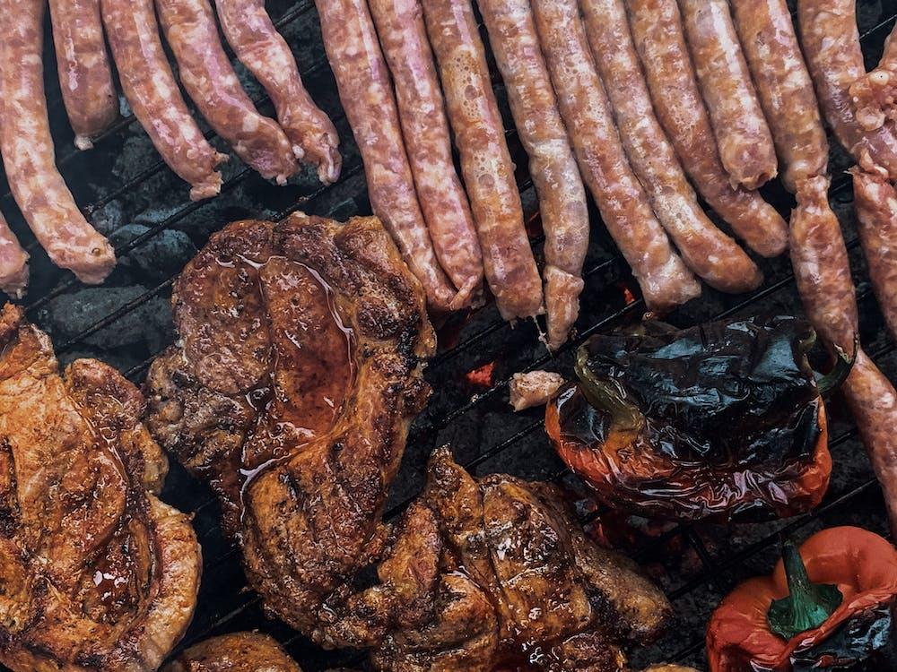 Memanggang Daging Dan Sosis Di Kisi Barbekyu