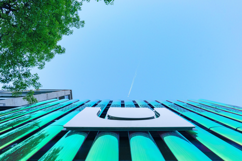 Kostenloses Stock Foto zu architektonisch, architektur, aufnahme von unten, baum