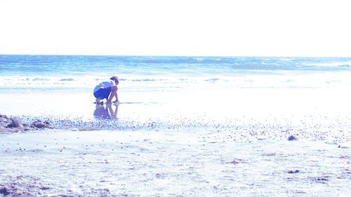 Immagine gratuita di bambino che gioca, castello di sabbia, giocando in spiaggia, spiaggia
