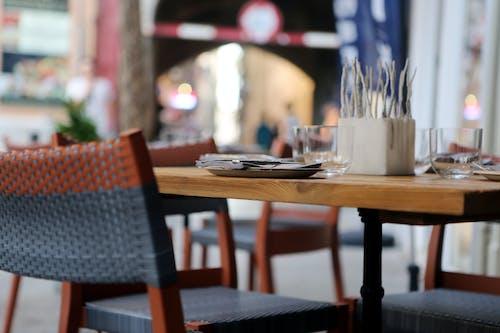 Foto profissional grátis de cadeira, cidade, pavimento, restaurante