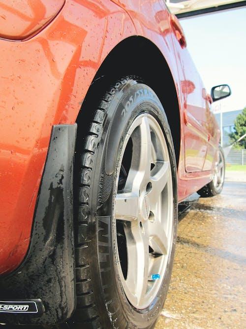 Fotobanka sbezplatnými fotkami na tému auto, červená, čistenie, pneumatika