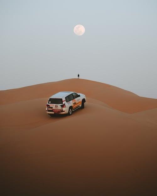 Biały I Czerwony Samochód Na Pustyni