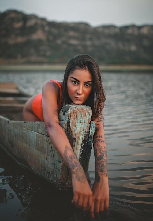 Morena Sensual Em Um Barco Surrado Na Costa