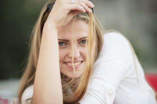 Foto profissional grátis de atraente, bonita, bonitinho, cabelo