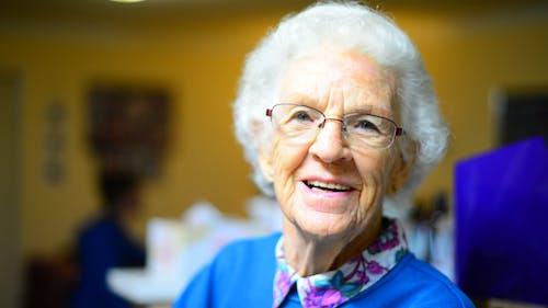 Foto profissional grátis de adulto, alegria, avó, cabelo grisalho