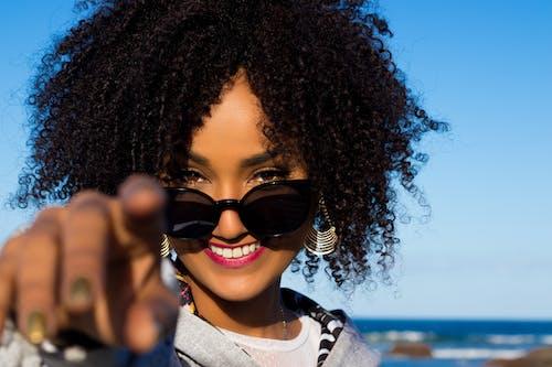 Foto stok gratis acara, afro, arahkan ke kamera, atraktif