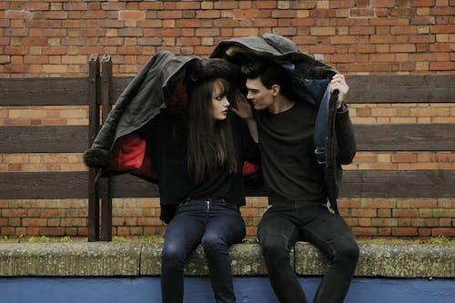 Foto d'estoc gratuïta de amor, assegut, carrer, ciutat
