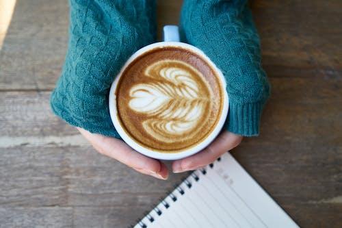 Ilmainen kuvapankkikuva tunnisteilla cappuccino, herkullista, kädet, kahvi