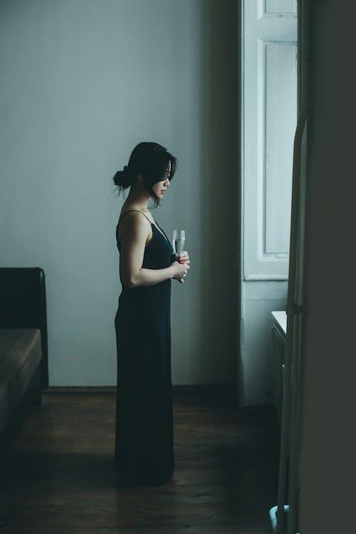 Femme Asiatique élégante Avec Du Vin à La Maison