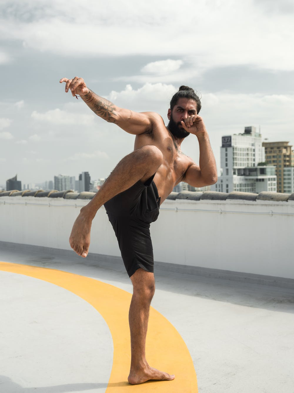 Man in black shorts doing martial art. | Photo: Pexels