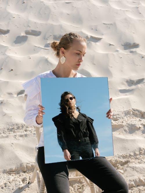 Darmowe zdjęcie z galerii z akcesorium, blond, bluza