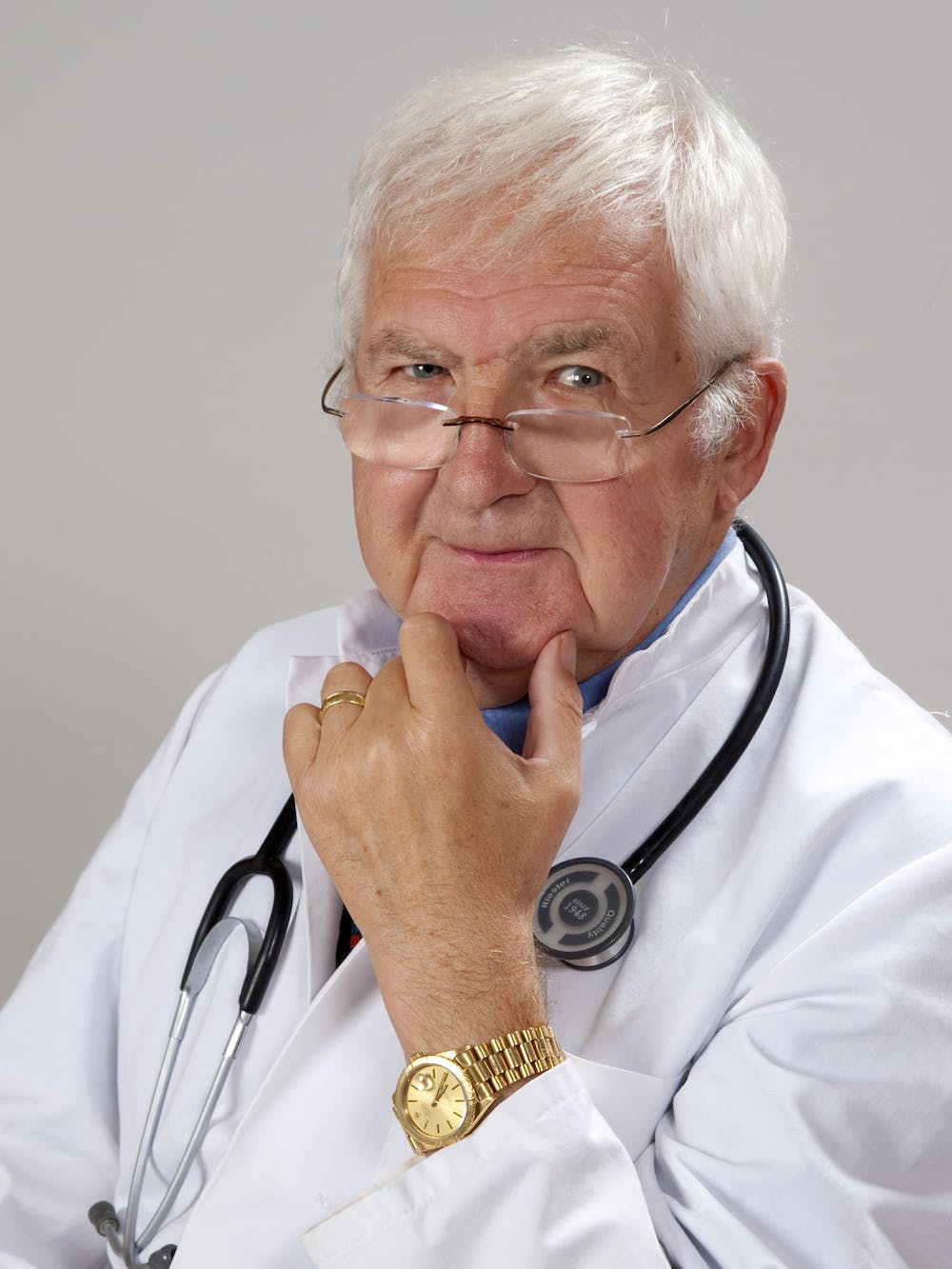 A doctor carrying stethoscope. | Photo: Pexels