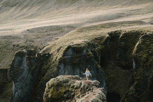 Ilmainen kuvapankkikuva tunnisteilla henkilö, ihminen, kalliot, kannettavan tietokoneen kuva