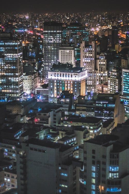 akşam, arabalar, aydınlatılmış, binalar içeren Ücretsiz stok fotoğraf