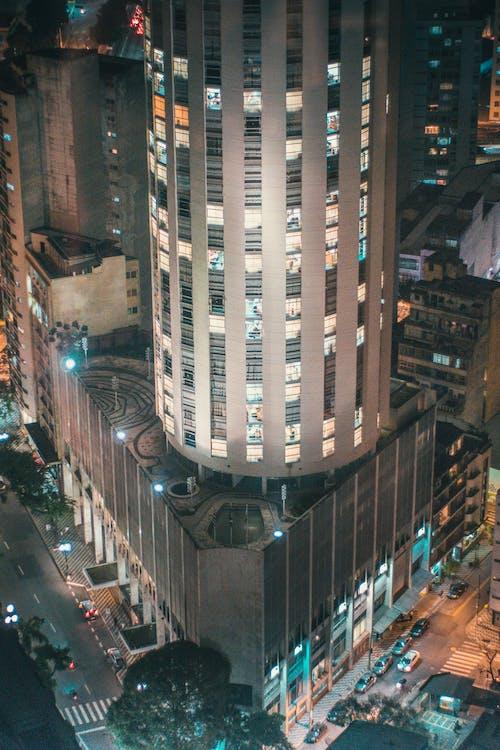 Gratis stockfoto met architectuur, auto's, avond, belicht