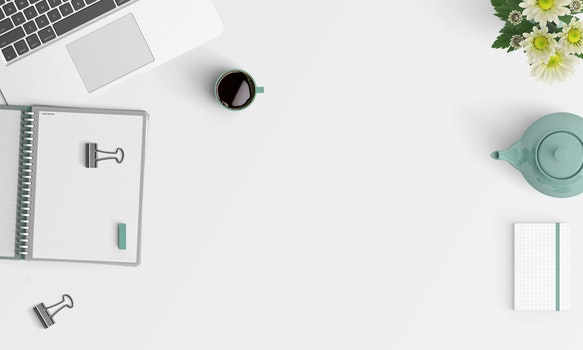 Kostenloses Stock Foto zu tasse, becher, schreibtisch, laptop