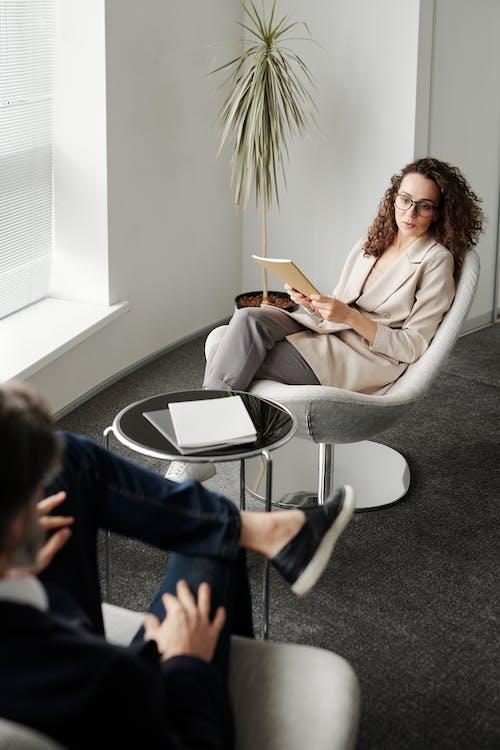 Kostenloses Stock Foto zu bewerbungsgespräch, brille, büro
