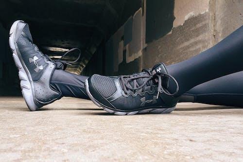 Foto d'estoc gratuïta de calçat esportiu, cames, cuir, de moda