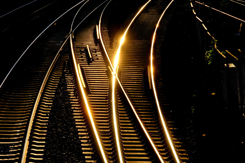 Бесплатное стоковое фото с вечер, городской, длинная экспозиция, железнодорожная линия