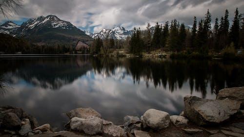Δωρεάν στοκ φωτογραφιών με αντανάκλαση, αυγή, βουνό, βράχια