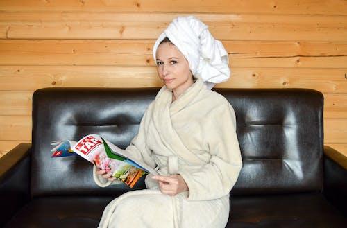 Gratis stockfoto met aantrekkelijk mooi, bad, badjas, bank