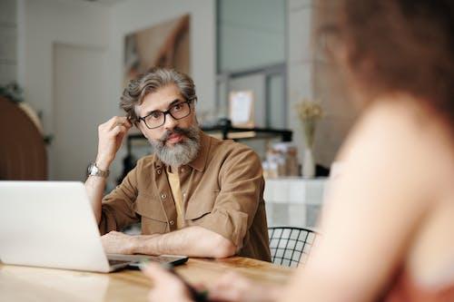 Kostenloses Stock Foto zu bärtiger mann, brille, brillen, café