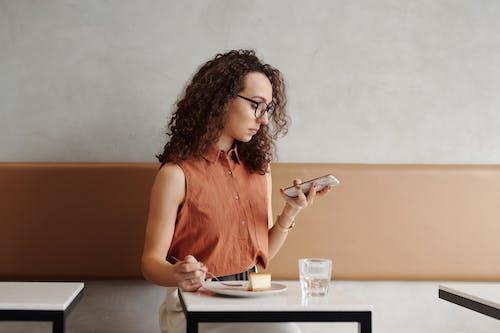 Kostenloses Stock Foto zu beschäftigt, café, computer, drinnen