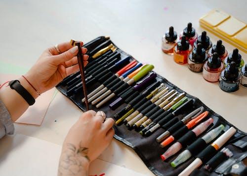Kostenloses Stock Foto zu beschriftung, erstellen, farbige marker