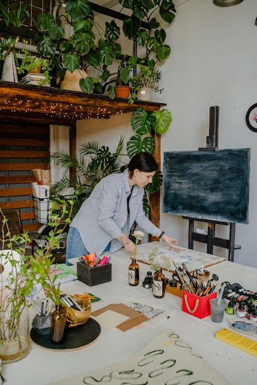 Foto stok gratis alat kaligrafi, bunga, dalam ruangan