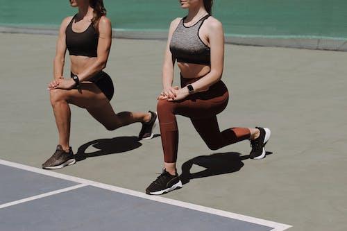 Foto profissional grátis de 20-25 anos de idade mulher, adulto, agachamento lunges, atividade de lazer