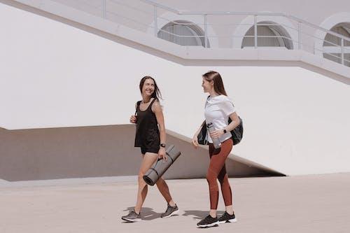 Foto profissional grátis de 20-25 anos de idade mulher, adulto, amor, andando