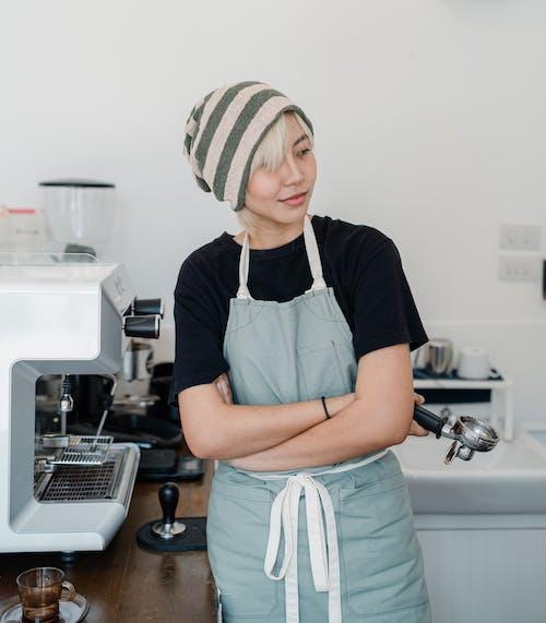 Fotos de stock gratuitas de actitud, barista, boina de lana, brazos cruzados