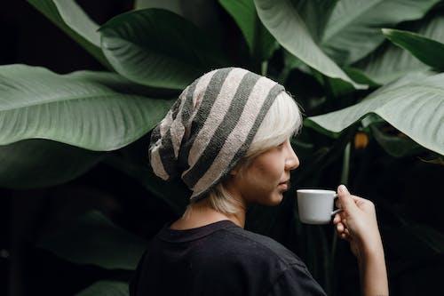 (頂部有小羊毛球的)羊毛帽子, t卹, 不情緒化 的 免費圖庫相片