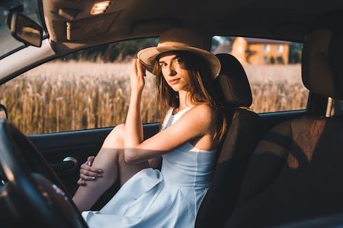 Gratis stockfoto met aantrekkelijk mooi, aantrekkingskracht, auto, bestuurder