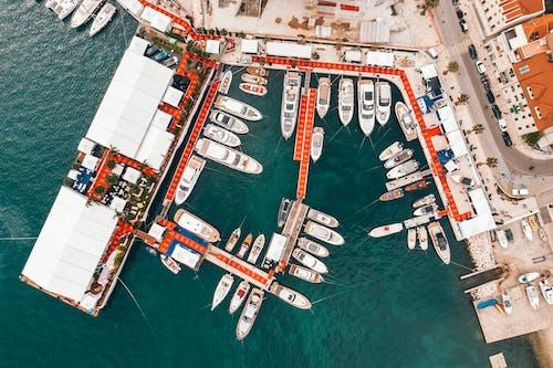 沿海城市港口與現代船舶停泊