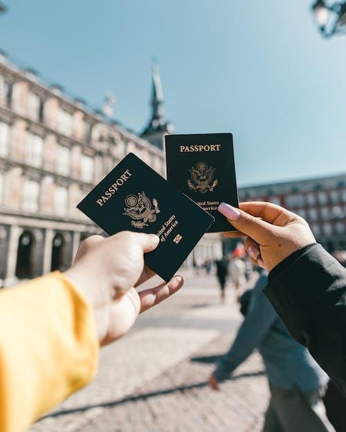 Turistas Anónimos Mostrando Pasaportes Estadounidenses En La Calle En Un Día Soleado