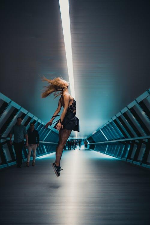 Fotos de stock gratuitas de bailando, bailarín, cabello volador, Canary Wharf