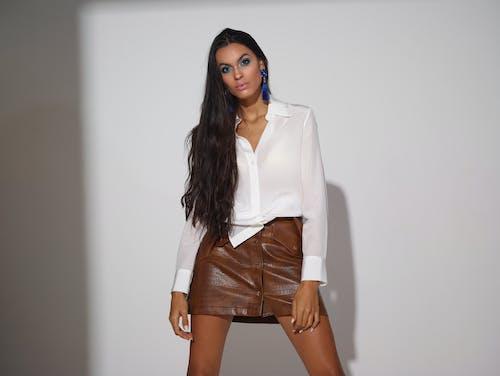Gratis lagerfoto af alvorlige, beklædning, brunette