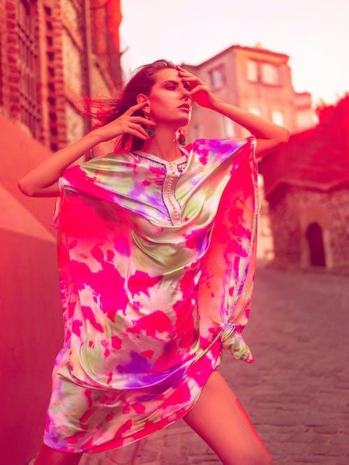 Wanita Muda Modis Dengan Pakaian Warna Warni Di Jalan