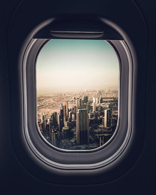 Flugzeugfensteransicht Der Stadt