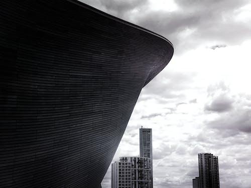 Immagine gratuita di architettura, bianco e nero, centro città, cielo