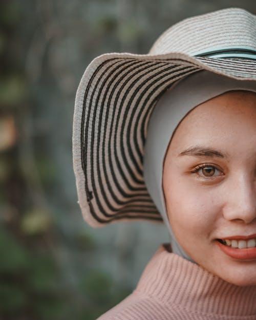 Foto d'estoc gratuïta de barret per al sol, buscant, cara, dona