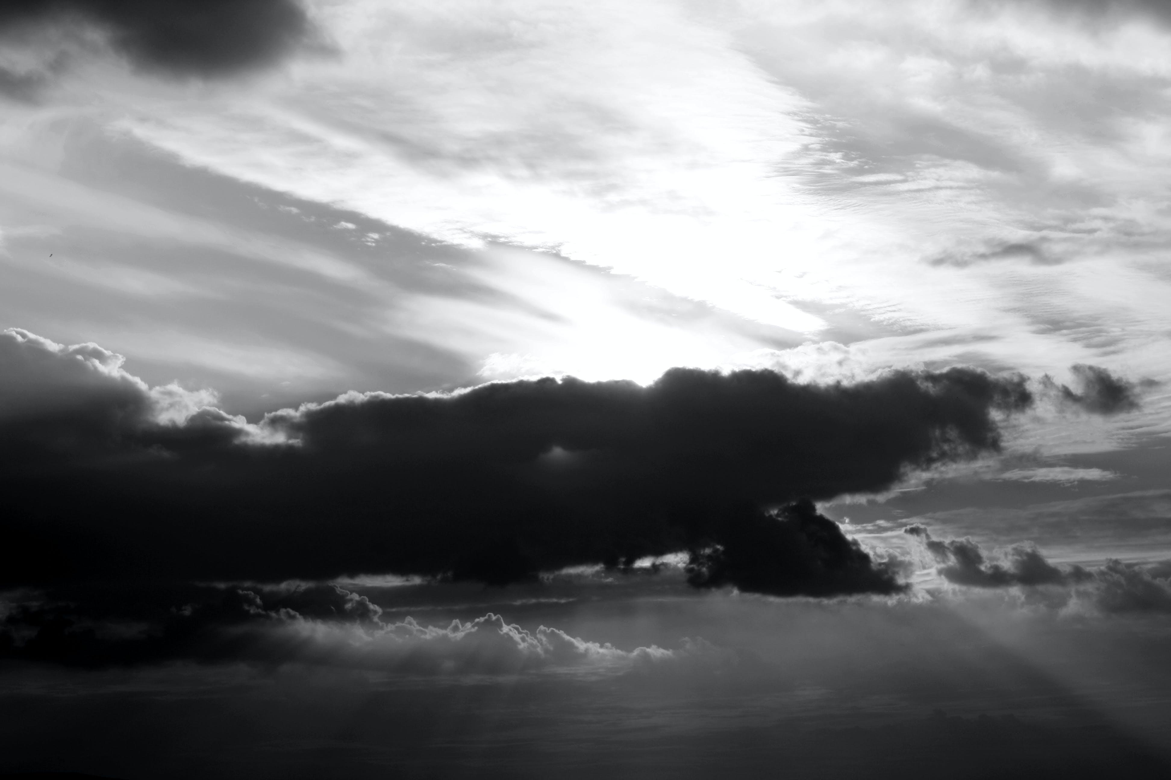 Бесплатное стоковое фото с живописный, легкий, монохромный, небо