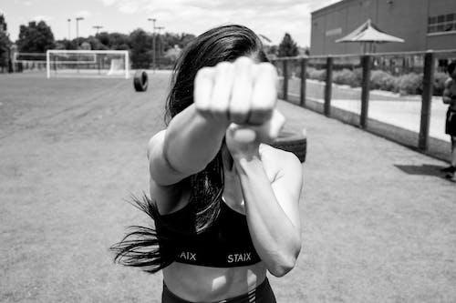 Fotos de stock gratuitas de blanco y negro, dar un puñetazo, enfoque selectivo