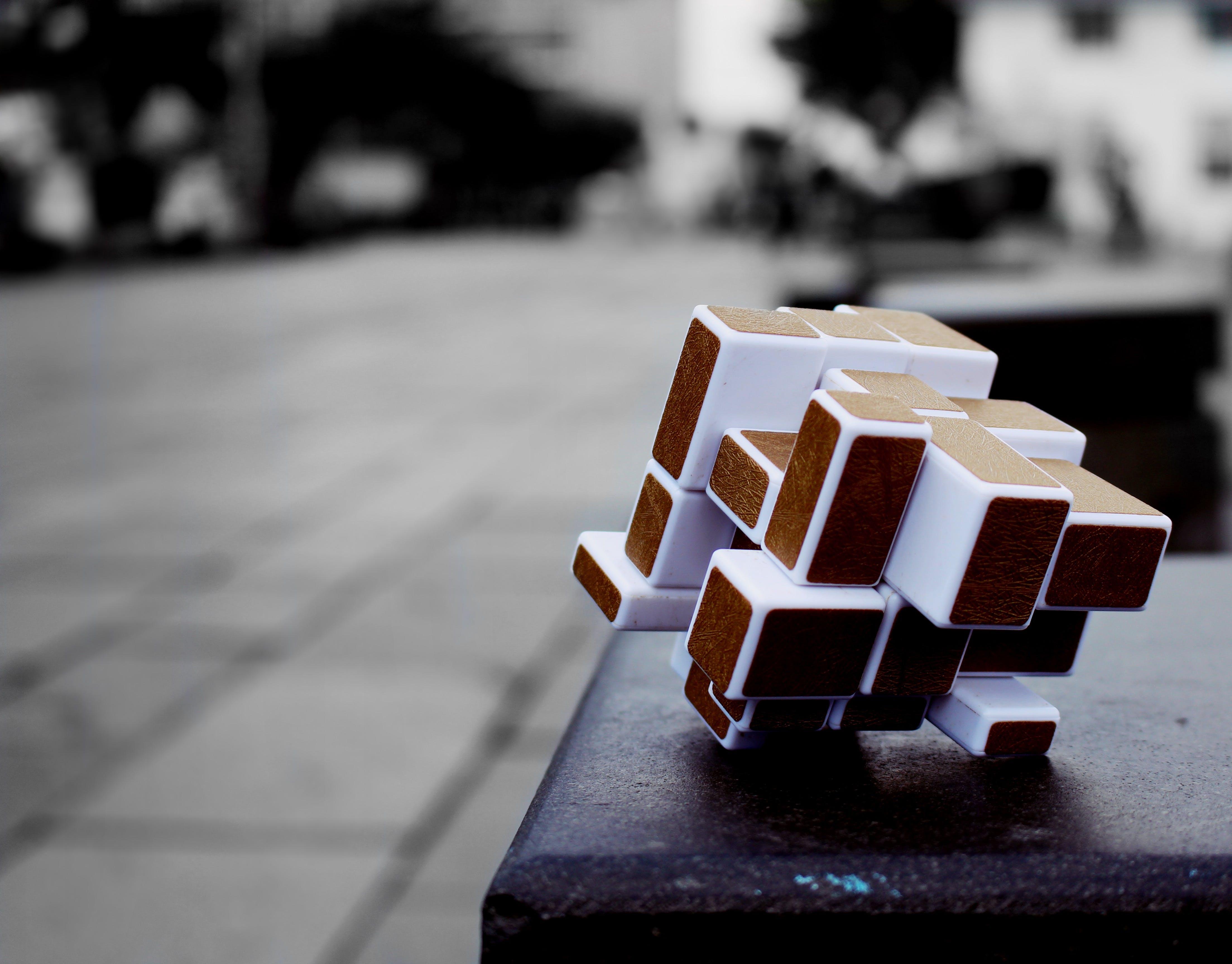 Immagine gratuita di bianco e nero, colore selettivo, cubo, cubo di rubik
